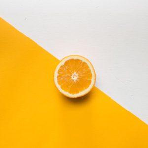 Апельсин на белом и оранжевом